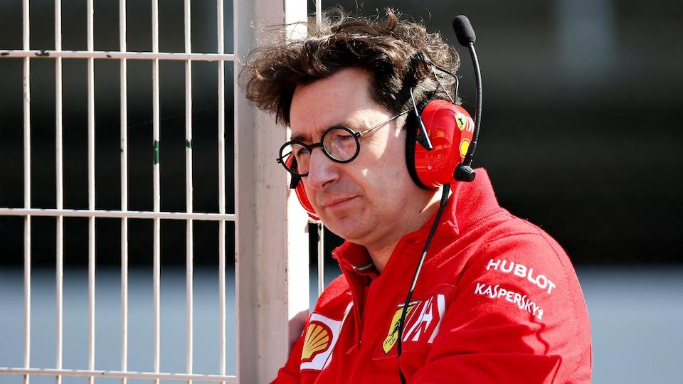 Mattia Binotto au muret du circuit de Barcelone pendant les essais d'hiver