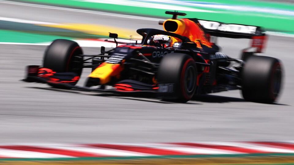 Max Verstappen roule sur le circuit Montmelo près de Barcelone.