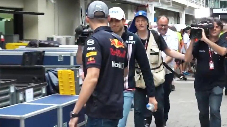 Max Verstappen et Esteban Ocon se serrent la main dans le paddock du circuit d'Interlagos après leur rencontre avec les commissaires de la FIA