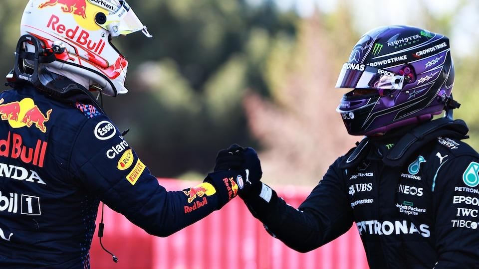 Encore casqués, Max Verstappen et Lewis Hamilton se serrent la main.