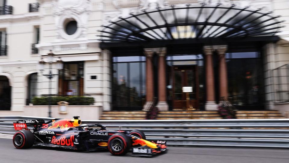 La monoplace de F1 passe devant l'entrée d'un bel hôtel à Monte-Carlo.
