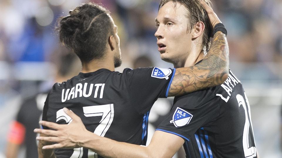 L'Argentin passe sa main dans les cheveux du jeune Finlandais
