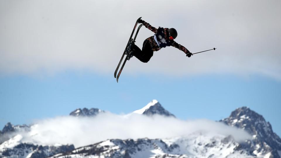 Une skieuse effectue un saut.