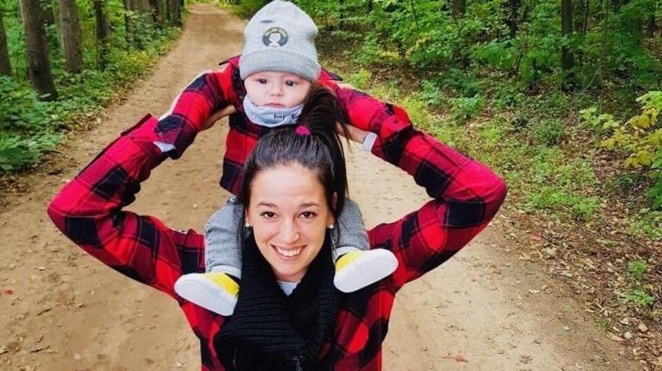 La hockeyeuse Mélodie Daoust porte son fils Mathéo