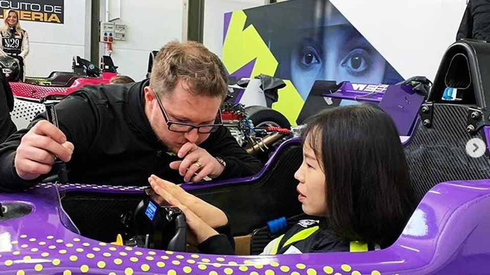 La Chinoise Meng Gui donne ses impressions à un ingénieur lors du camp de sélection de la W Series.