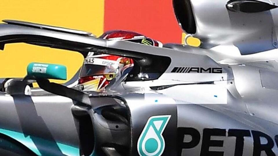 Elle comporte des ouvertures découpées dans la carrosserie (en clair) de chaque côté du cockpit.