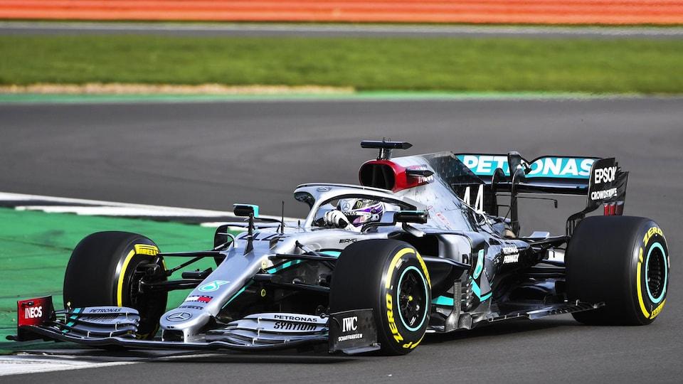 Lewis Hamilton pilote la Mercedes-Benz W11 à Silverstone.