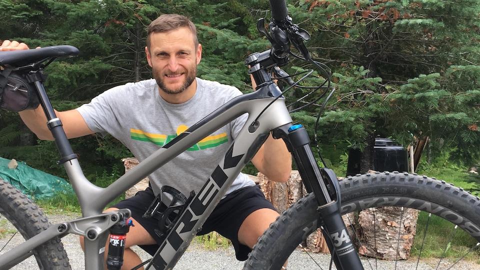 Le président du Club accro vélo de Val-d'Or, Michel Lavoie, tient un vélo de montagne.