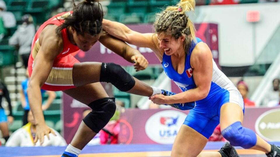 Michelle Fazzari grimace en tentant de faire tomber son adversaire.