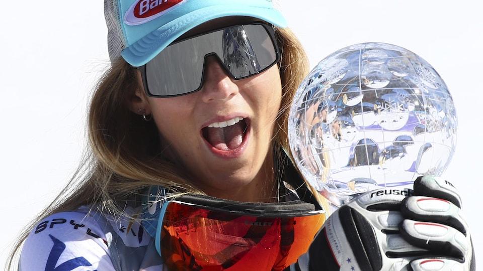 Elle tient le globe de cristal du super-G pour la saison 2018-2019 de la Coupe du monde.