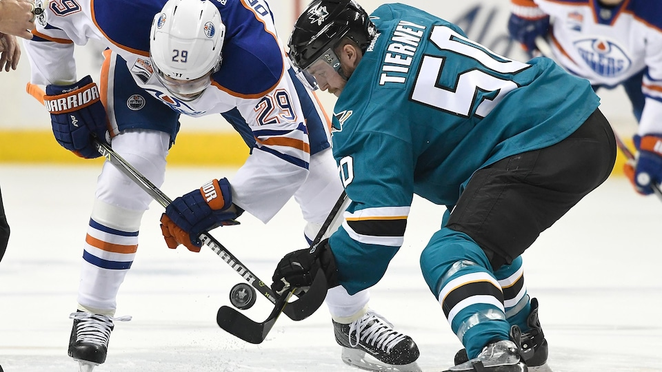 Leon Draisaitl des Oilers et Chris Tierney des Sharks s'affrontent lors d'une mise en jeu.