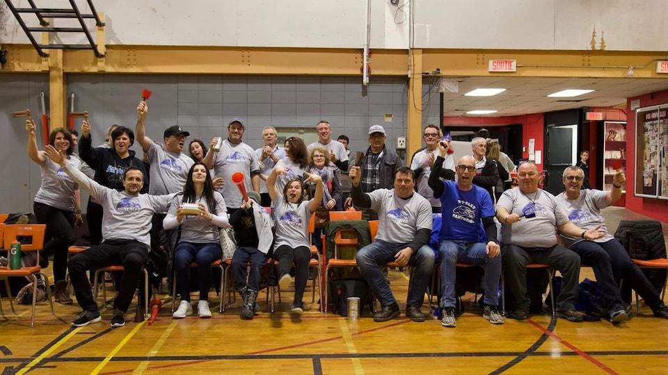 Des parents font du bruit dans un gymnase pour encourager leurs enfants a basketball