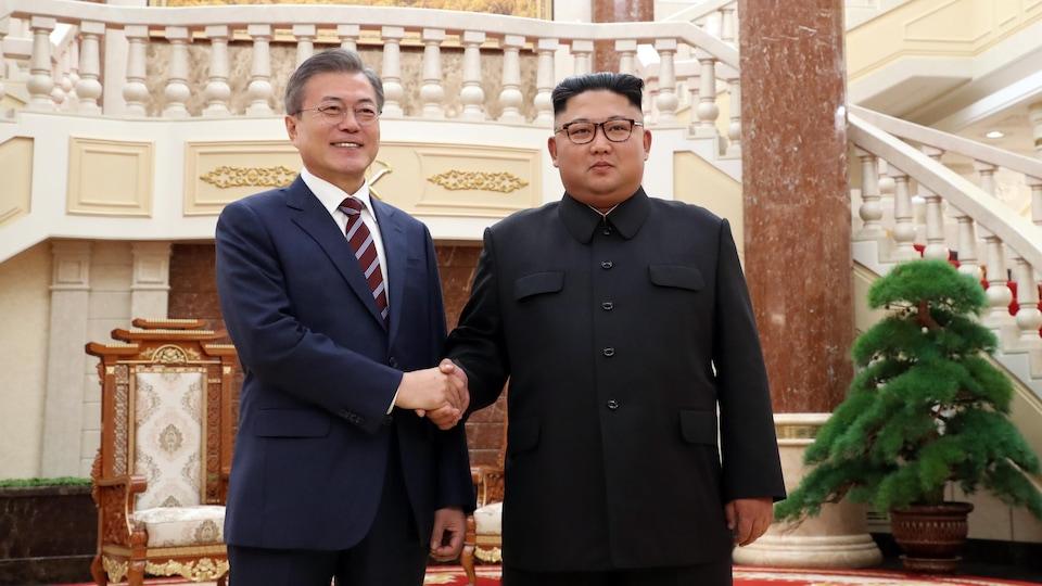 Les deux dirigeants se serrent la main.