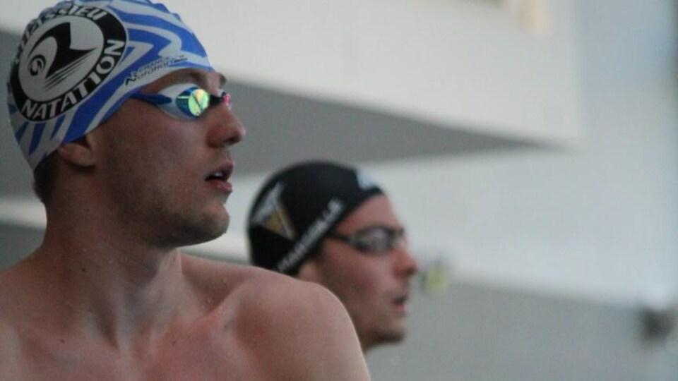 Deux nageurs au bord de la piscine