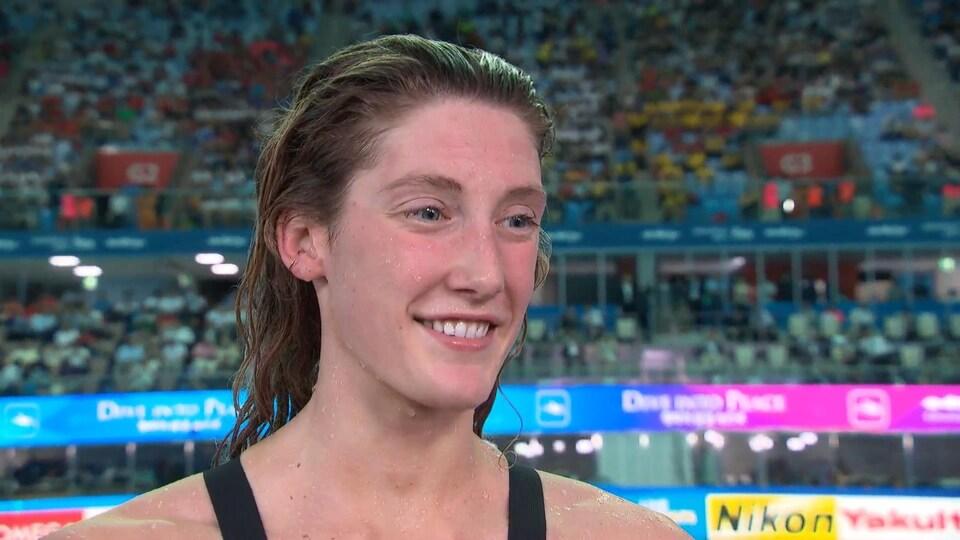 Elle est en entrevue après sa performance au 100 m dos.