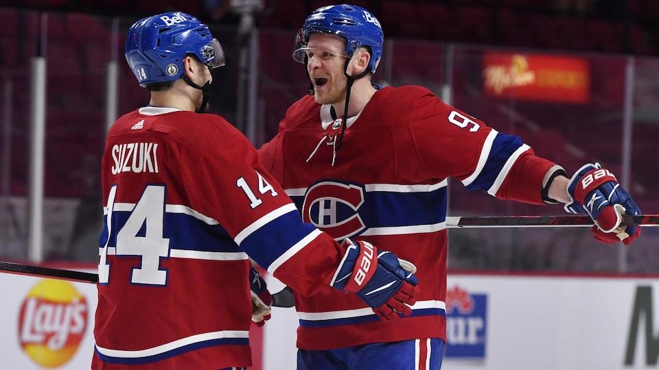 Les deux joueurs du Canadien célèbrent une victoire au Centre Bell.