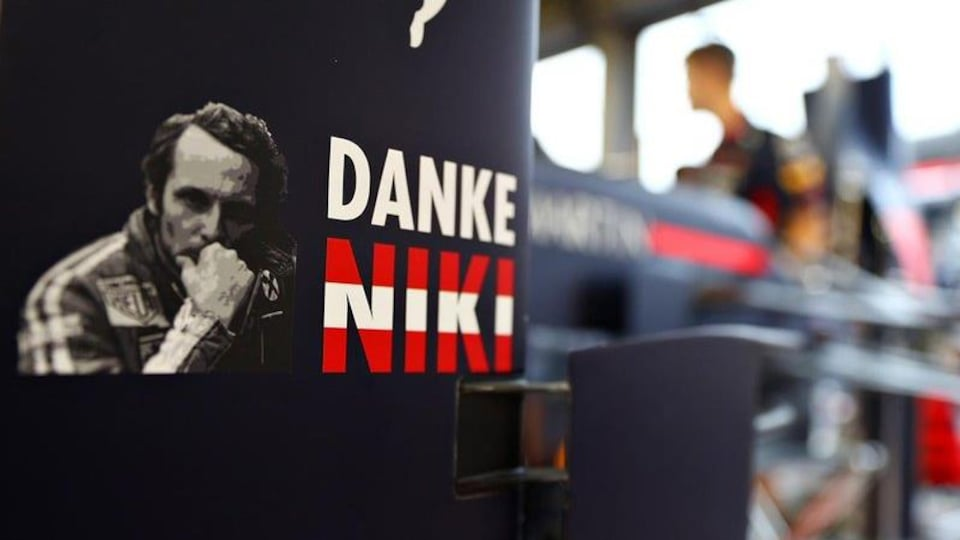 « Merci Niki », peut-on lire sur une voiture de l'équipe Red Bull.