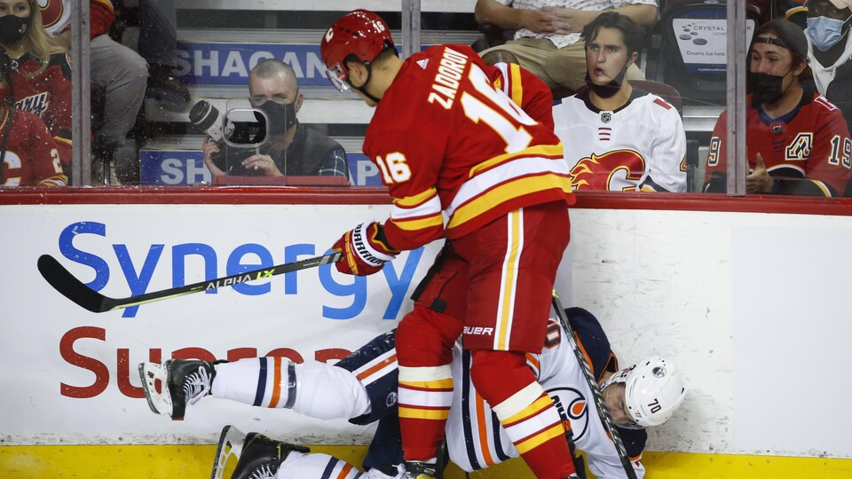 Nikita Zadorov des Flames met en échaex  Colton Sceviour des Oilers, lors d'un match préparatoire.