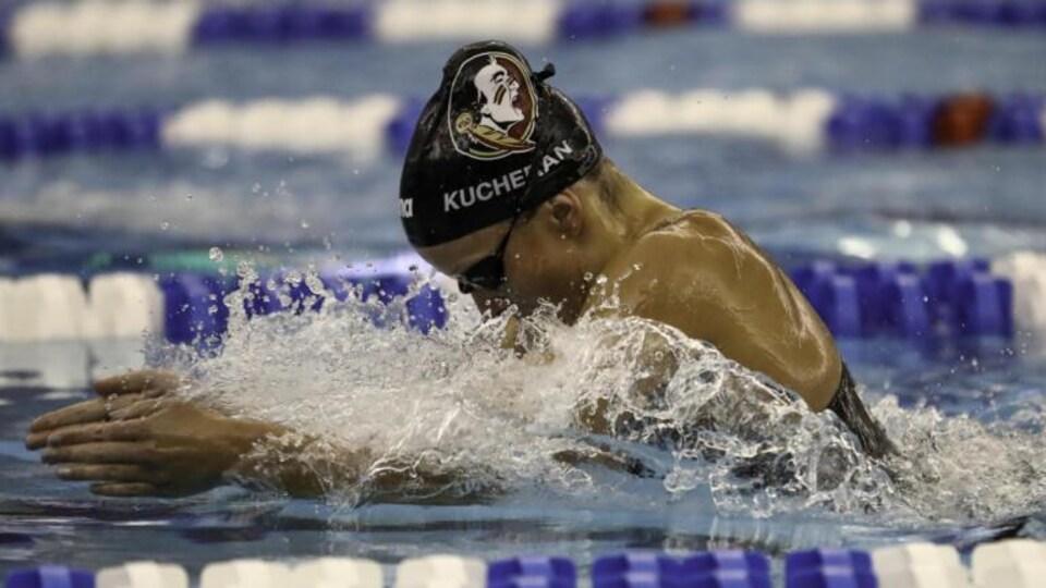 Une nageuse en action.