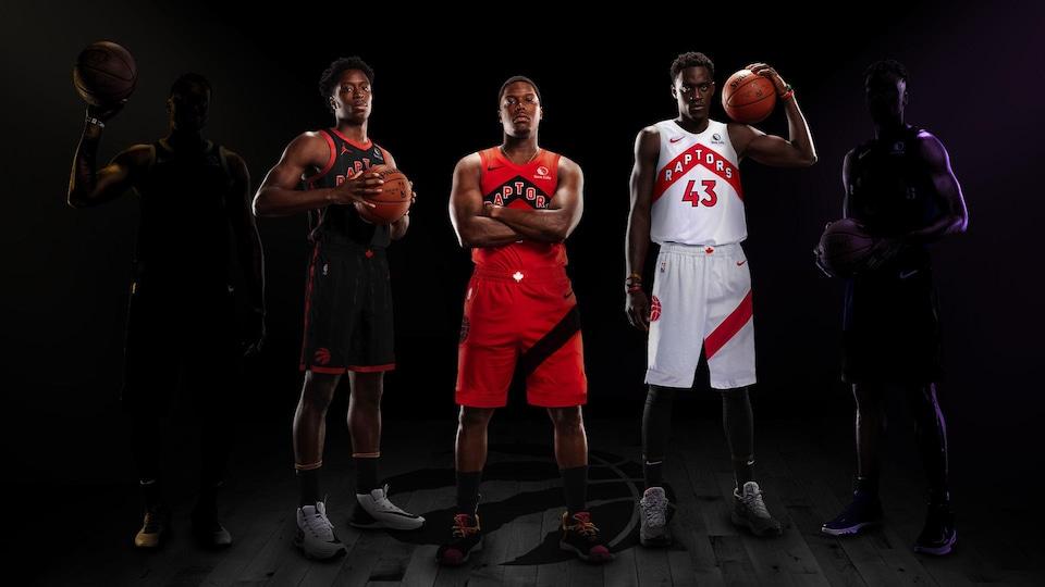 Trois joueurs arborent un nouveau maillot chacun des Raptors. Ils sont noir, rouge et blanc.