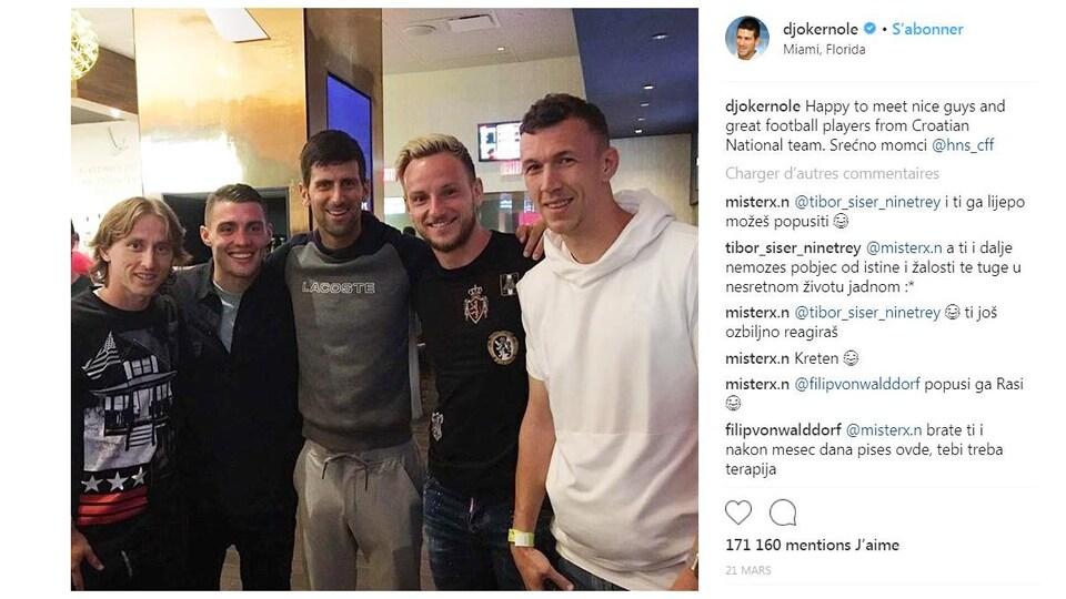 Novak Djokovic pose pour la photo avec des joueurs de soccer de l'équipe nationale de Croatie