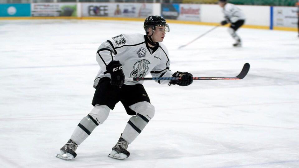 Un joueur de hockey patine sur la glace