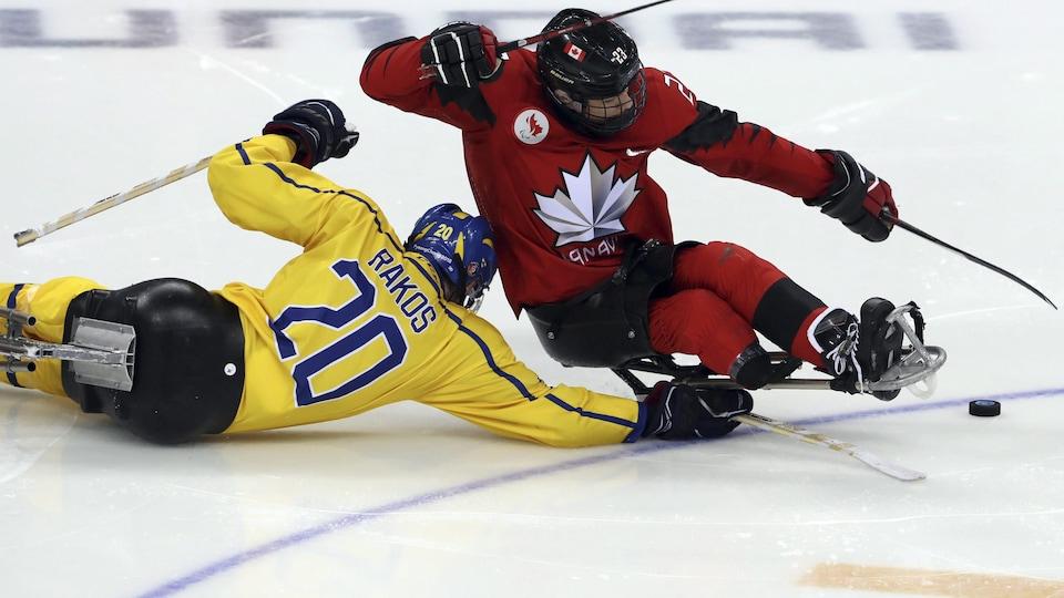 Liam Hickey déjoue un adversaire de la Suède.