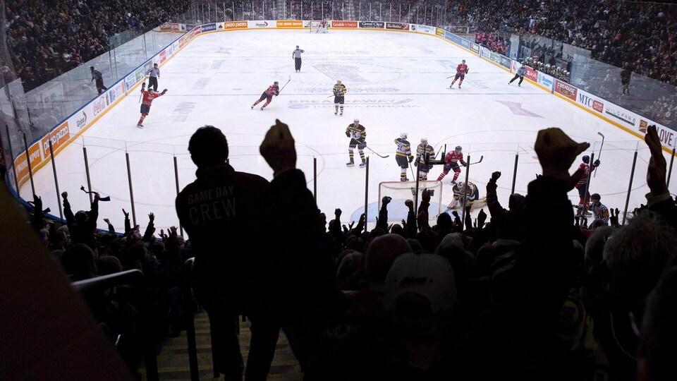 La Ligue canadienne de hockey et ses équipes sont visées par un recours collectif concernant des abus présumés subis par des adolescents jouant dans ces ligues.