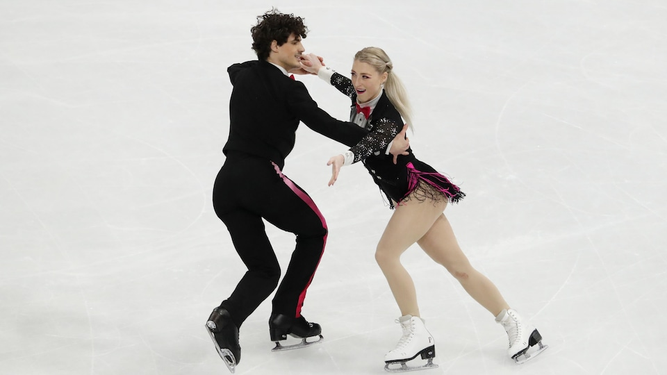 Ils patinent ensemble pendant une compétition.