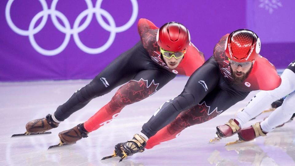 Ils patinent l'un derrière l'autre.