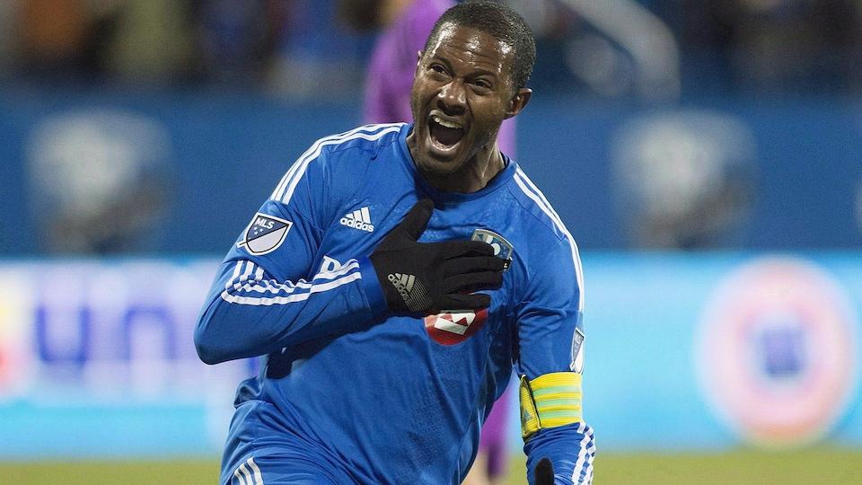 Il place sa main sur l'écusson de l'Impact de Montréal.