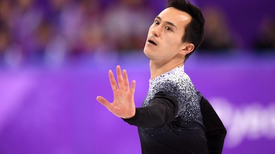 Patrick Chan étire le bras dans son programme court