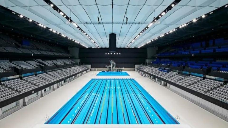 Plan large d'une piscine olympique vide
