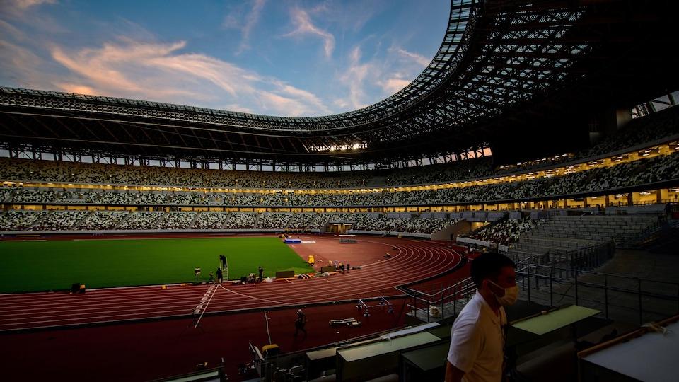 Plan large d'un stade d'athlétisme vide