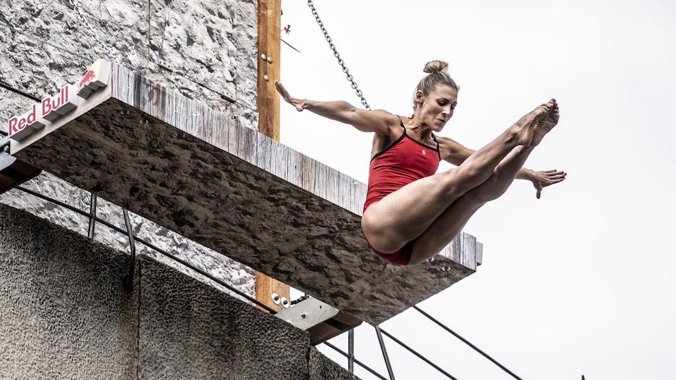 Elle s'élance de la plateforme, à Mostar, en Bosnie-Herzégovine.