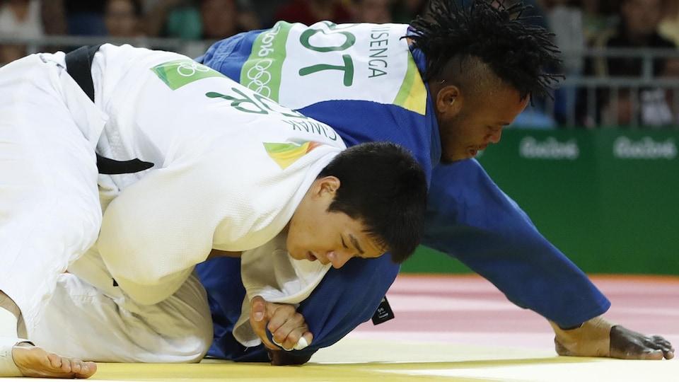 Popole Misenga (en bleu), avec le dossard ROT, affronte le Sud-Coréen Gwak Donghan aux Jeux olympiques de 2016 dans la catégorie des moins de 90 kilos.