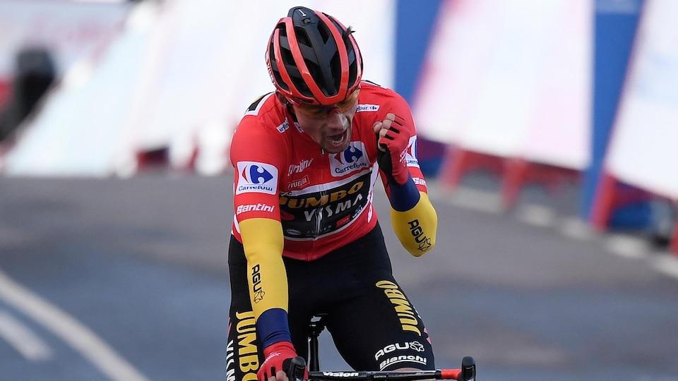 Il serre le poing gauche après sa victoire à la Vuelta.