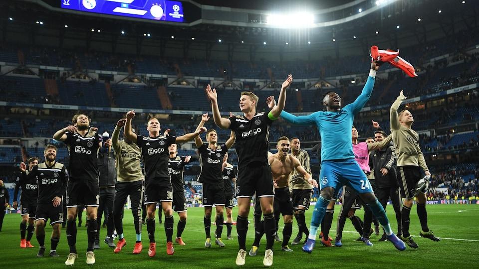 Les joueurs célèbrent leur championnat sur un terrain de soccer.