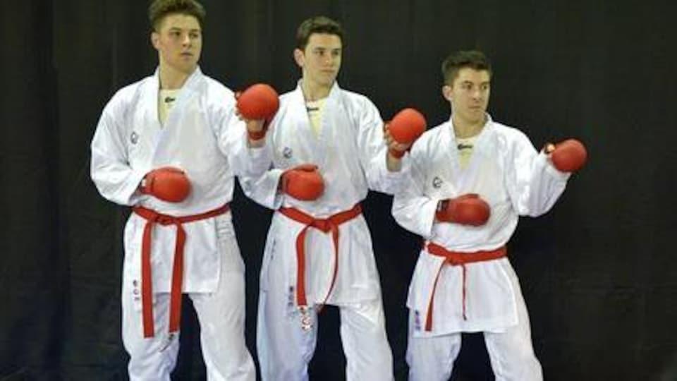 Les frères Rivest en position de combat pour une photo