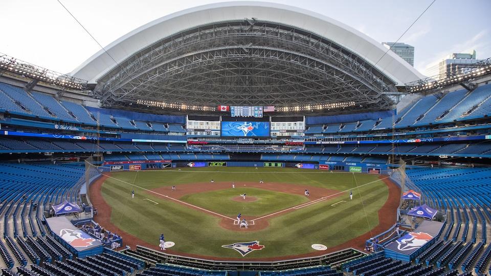 Vue de l'intérieur du Centre Rogers, qui comprend un terrain de baseball.