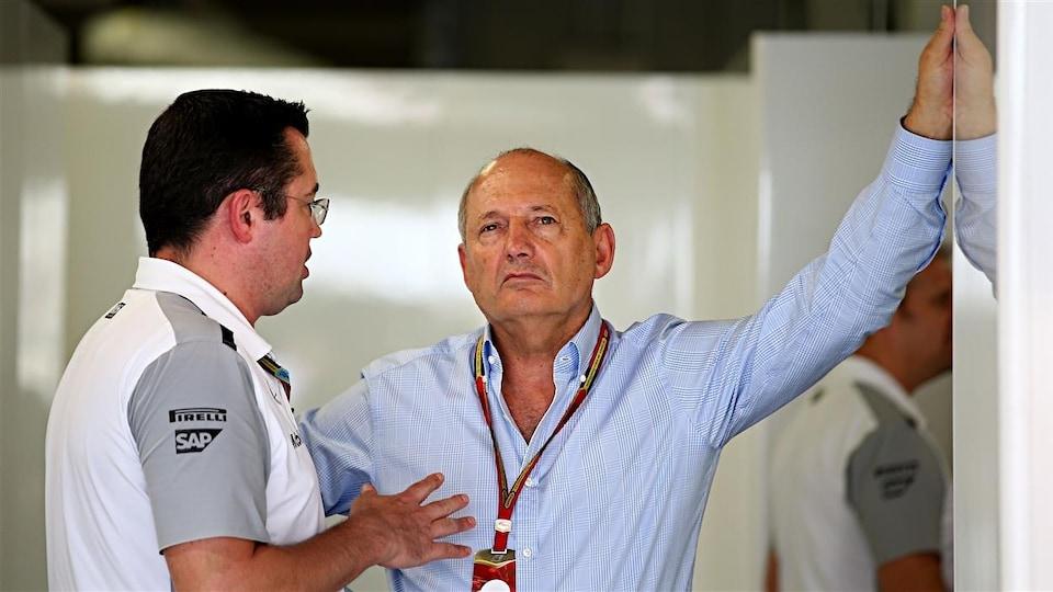Il écoute le directeur général de l'équipe McLaren.