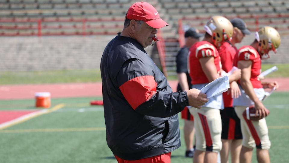 L'entraîneur-chef du Rouge et Or, Glen Constantin