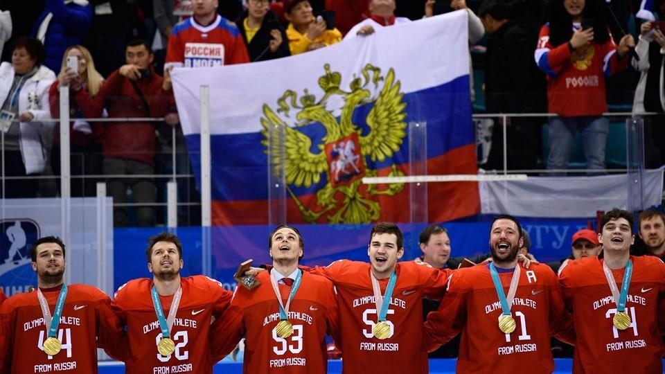 Des joueurs s'enlacent pendant l'hymne national russe.