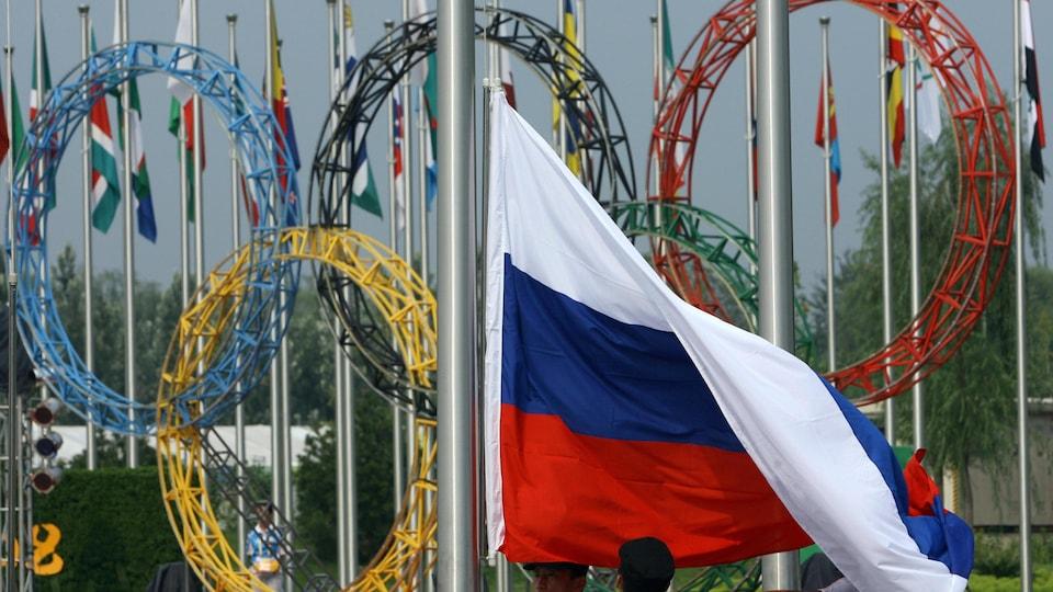 Le drapeau russe devant les anneaux olympiques