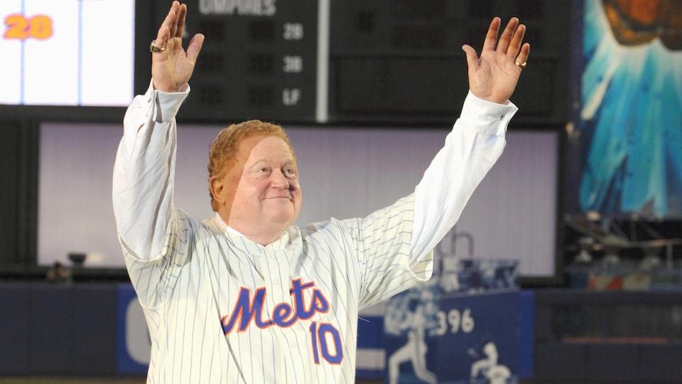 Dans l'uniforme des Mets de New York, Rusty Staub salue la foule au stade Shea en 2008