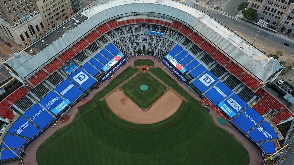 Vue aérienne du champ intérieur d'un stade de baseball.