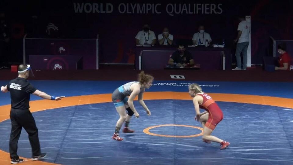 Deux lutteuses se font face sur le tapis.