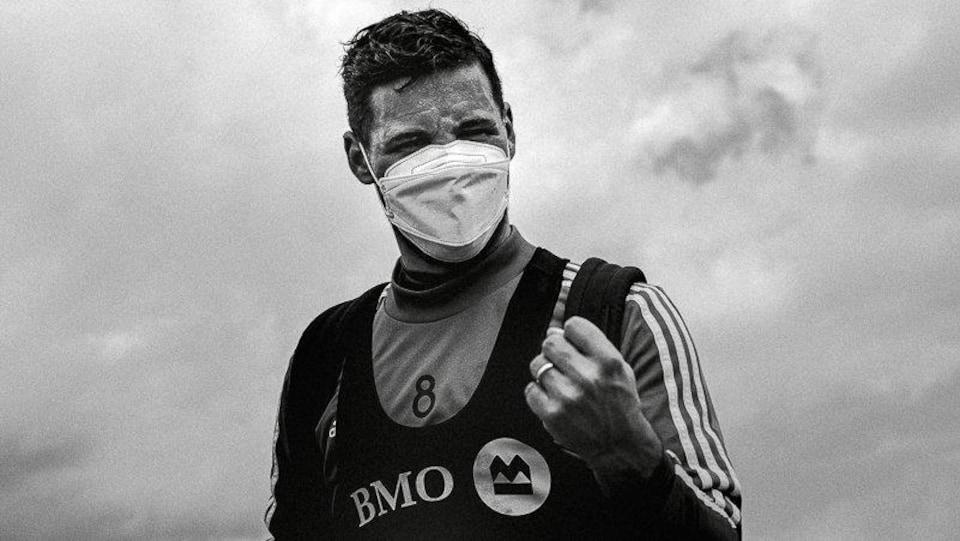 Un joueur, muni d'un masque, montre le poing.