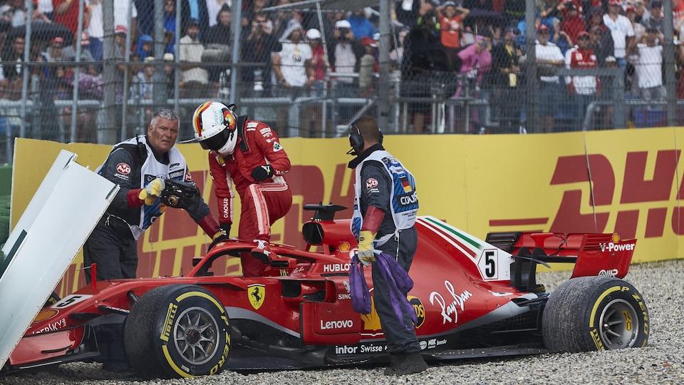 Sebastian Vettel sort de piste et abandonne le Grand Prix d'Allemagne.