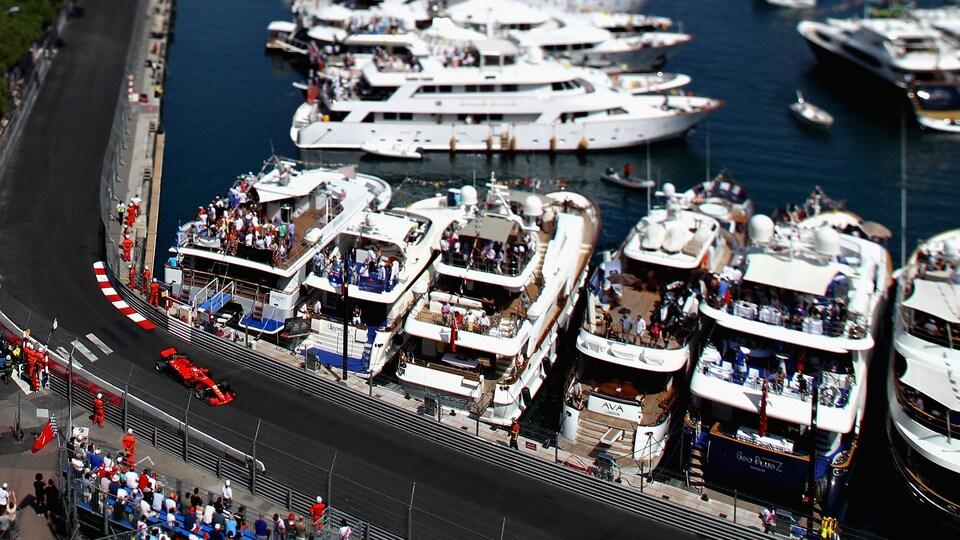 Sebastian Vettel roule près des bateaux amarrés sur le circuit urbain de Monte-Carlo.